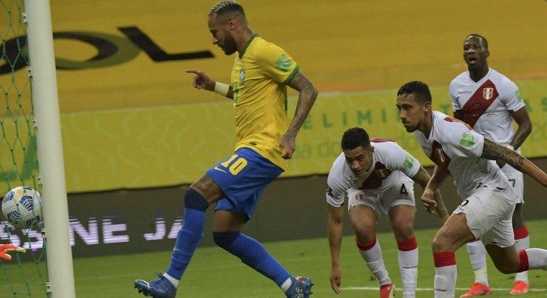 Com gols de Neymar e Éverton Ribeiro, Brasil vence o Peru e chega a oito vitórias seguidas