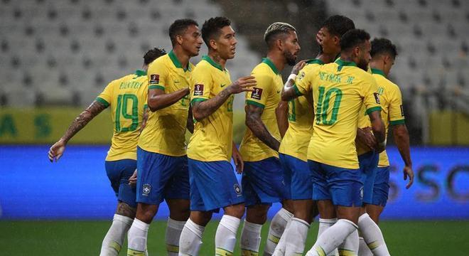 Jogadores do Brasil comemoram gol em vitória fácil sobre a Bolívia