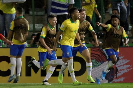 Kaio comemora primeiro gol do Brasil