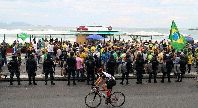 Manifestantes expressam apoio ao presidente em Copacabana