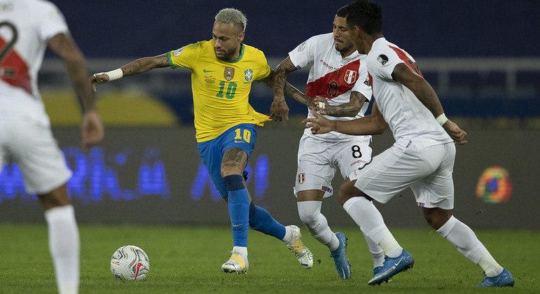 Tentativa de arrancada de Neymar. No primeiro tempo, os peruanos só se defenderam