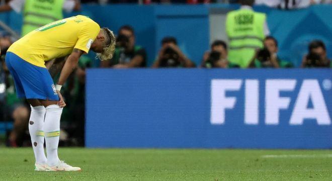 Neymar lamenta o empate com a Suíça por 1 a 1 na estreia do Brasil na Copa