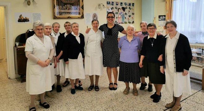 Brasileira, responsável pelo atendimento a 52 idosos, posa junto a freiras que trabalham no Lar St Augustine's, no sudeste de Londres
