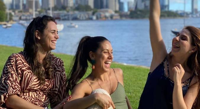 A empresária Fernanda Gazal (c) voltou a encontrar as amigas