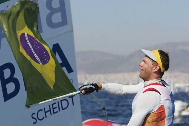 Brasileiro com mais medalhas olímpicas na história ao lado de Torben Grael (cinco cada), o velejador Robert Scheidt ficou com a prata nos Jogos de Sydney na Classe Laser.