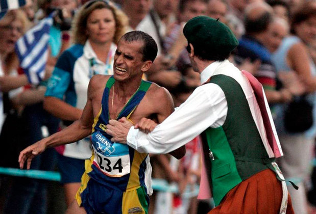 Brasileiro é atrapalhado nas Olimpíadas: O maratonista Vanderlei Cordeiro de Lima liderava a prova quando o padre irlândes Cornelius Horan invadiu a pista e empurrou o brasileiro. Um espectador grego salvou o atleta do religioso e permitiu que ele continuasse a corrida. Vanderlei perdeu o ritmo e acabou chegando em terceiro lugar, mas mesmo assim.