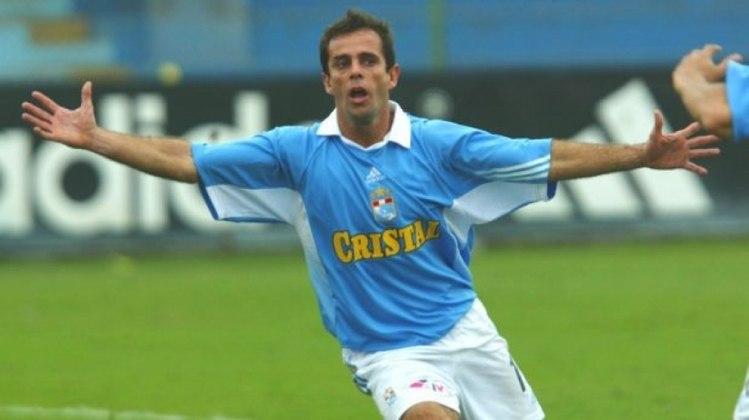 Brasileiro naturalizado peruano, Julinho passou por Vitória e Flamengo no meio da década de 80 antes de ir para o Peru, onde virou ídolo no Sporting Cristal. Ele marcou 16 gols em 60 jogos.