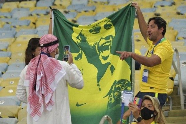 Brasileiros comemoraram o retorno aos estádios, mesmo que em menor número.