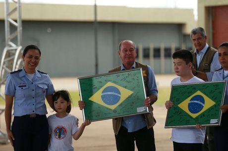 Criança entregam presentes para ministro da Defesa