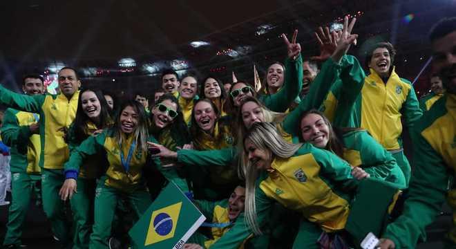 Atletas brasileiros festejam na cerimônia de encerramento do Pan-Americano de Lima