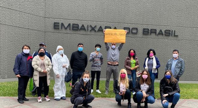 Brasileiros fizeram protesto por voo humanitário em frente à embaixada no Peru