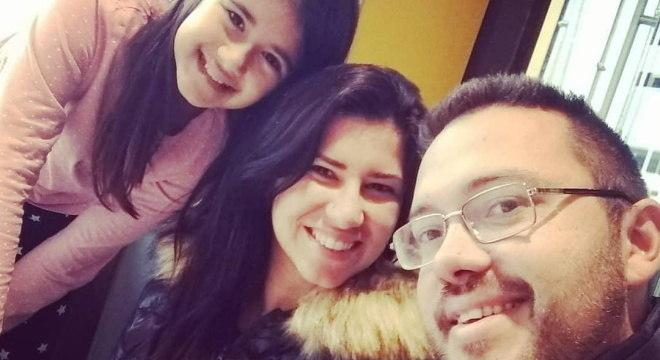 Mariana com a filha Manuela e o marido Romulo vivem perto Bergamo, na Itália