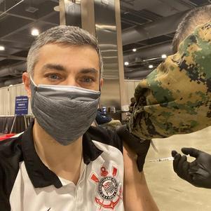 Luís foi vacinado com a camisa do Corinthians na Filadélfia