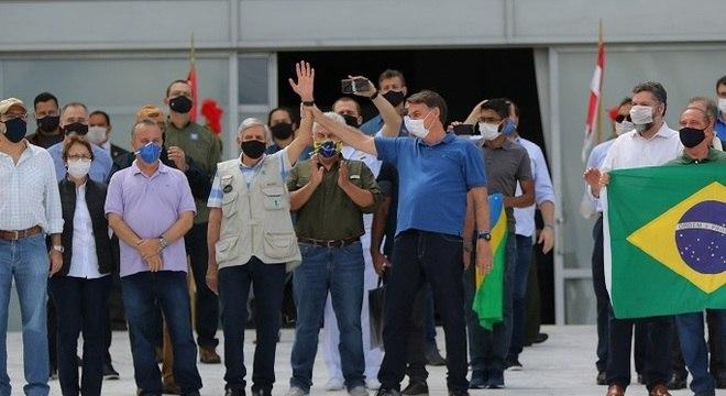 Jair Bolsonaro acenou para apoiadores durante ato em Brasília