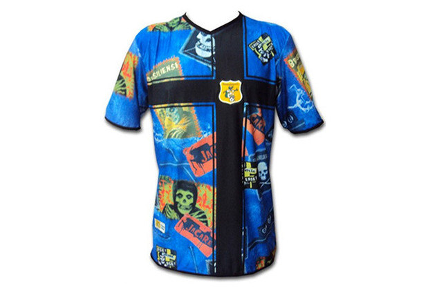 Brasilia é considerada um dos grandes pólos de Rock no Brasil e o Brasiliense decidiu lembrar isso em uma de suas camisas tidas como mais feias.
