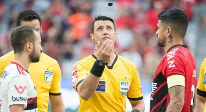 Árbitro deu o pênalti e depois voltou atrás em vitória do Flamengo