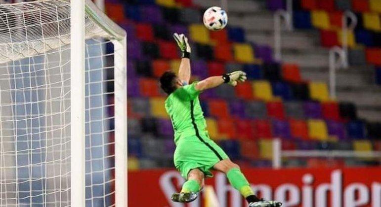 Bravo, do Chile, numa das três maravilhas que impediram a vitória da Argentina