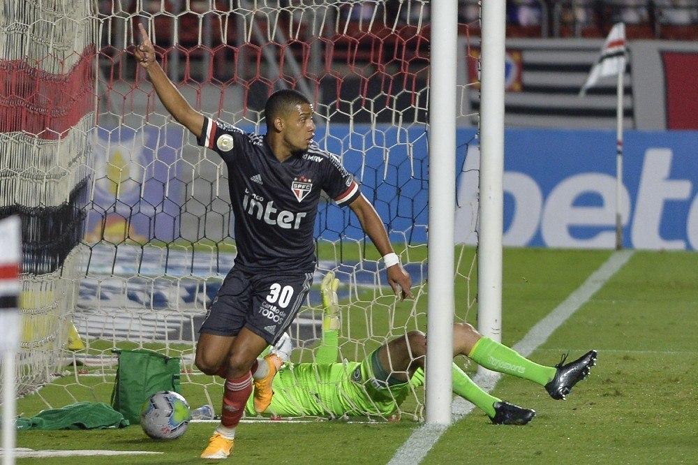 Com gol polêmico, São Paulo vira sobre o Goiás e cola nos líderes -  Esportes - R7 Futebol
