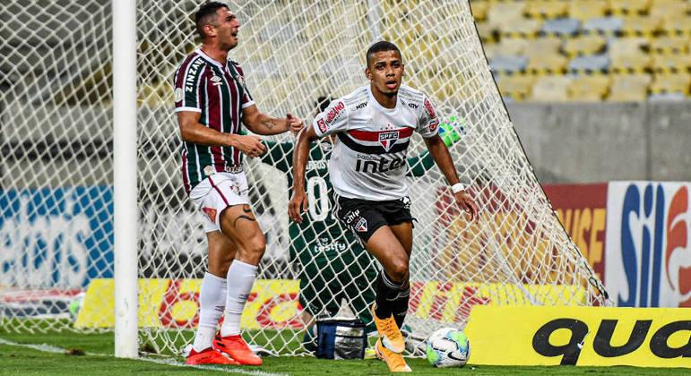 Brenner comemora um de seus gols na vitória do São Paulo