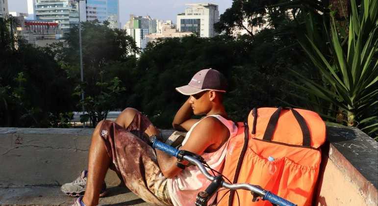 Pedro Luiz de Oliveira da Silva, 18, descansa durante intervalo das entregas, no vão livre do Masp