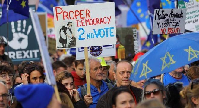 Centenas de milhares de pessoas participam de protesto neste sábado (19) em Londres