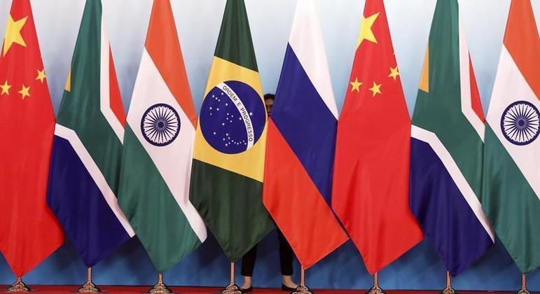 Funcionária ajeita bandeiras dos países do Brics para conferência na China , em 2017