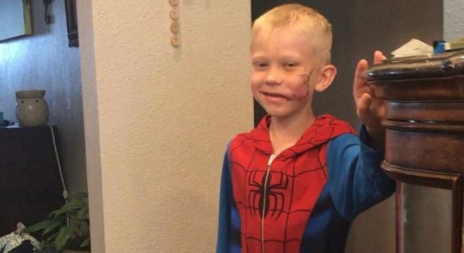 O pequeno Bridger é fã de super-heróis