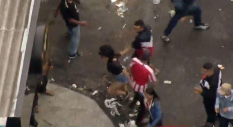Helicóptero da Record TV flagra briga em baile funk em São Paulo