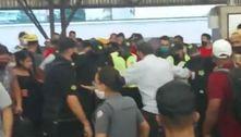 Imagens mostram briga em trem que terminou com 4 esfaqueados