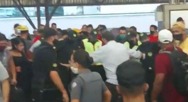 PM e seguranças tentam impedir aproximação dos passageiros após agressões