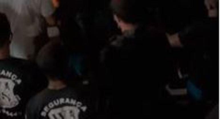 Seguranças agrediram um dos frequentadores do evento com pontapés. Estabelecimento diz não saber de confusão