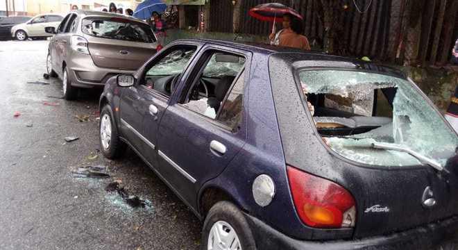 Vários veículos foram depredados no confronto, segundo a Polícia Militar