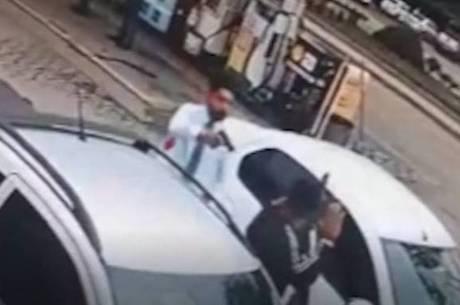 Imagens mostram quando motorista aponta arma