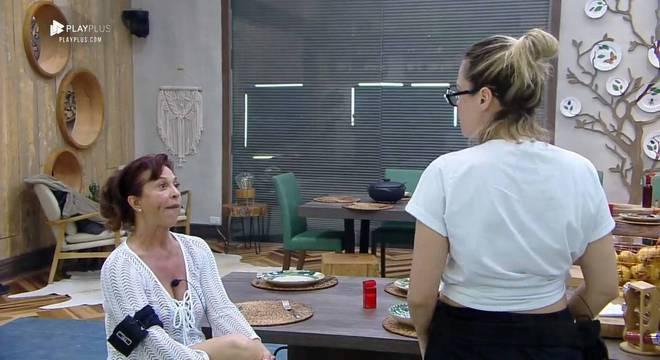 Vida Vlatt e Ana Paula Renault discutem por causa dos pratos na mesa