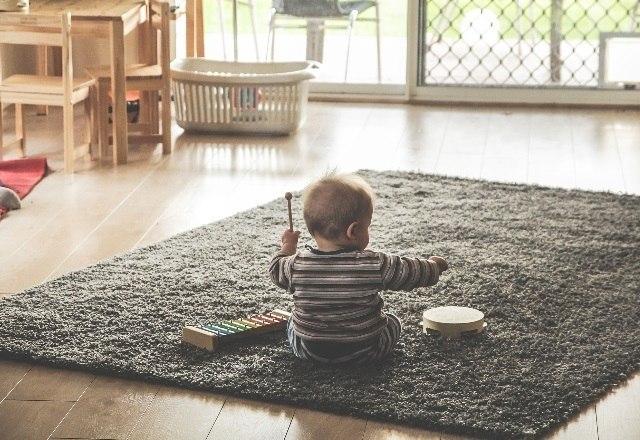 Crianças de 6 meses até 3 anos de idade precisam trabalhar as áreas do cérebro voltadas à atenção, a memória operacional — que está relacionada ao raciocínio e aprendizado — e a linguagem. Brincadeiras simples, como 'esconde/achou' ou jogos de imitação, que envolvam repetições de gestos ou ações, já funcionam como bons desafios para exercitar a mente dos pequenos