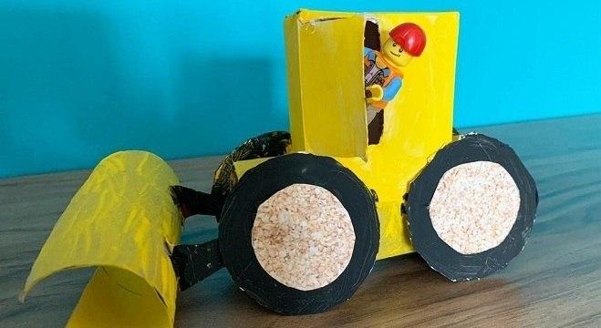 O trator de papelão é uma das invenções de Theo e Anna