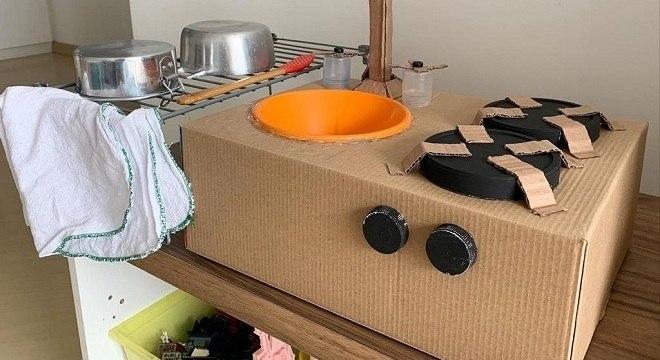 A minicozinha de papelão é um dos brinquedos preferidos do Theo e da Anna