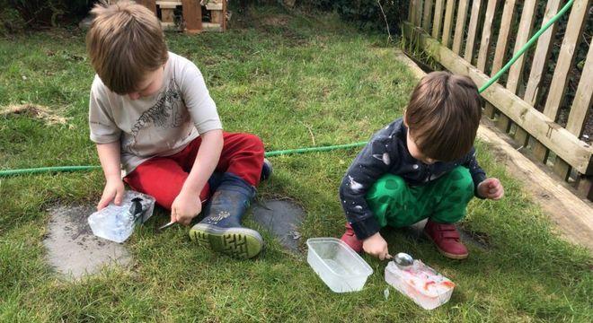 """""""Sentei e fiz um sanduíche"""", relata pai que congelou brinquedos dos ilhos para mantê-los ocupados"""