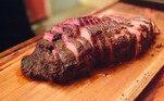 O brisket é um corte bovino que exige mais tempo de defumação, mas que é perfeito para servir na ceia, rendendo bem e ficando muito suculento e macio