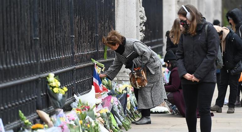 Britânicos depositam flores diante do palácio de Buckingham em homenagem a Philip