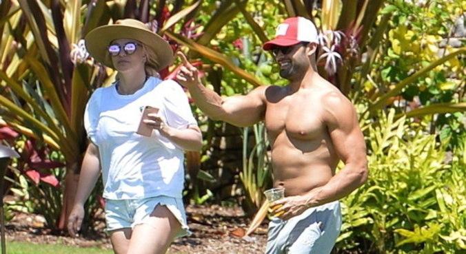 Britney e o namorado, o treinador Sam Asghari, estão no Havaí