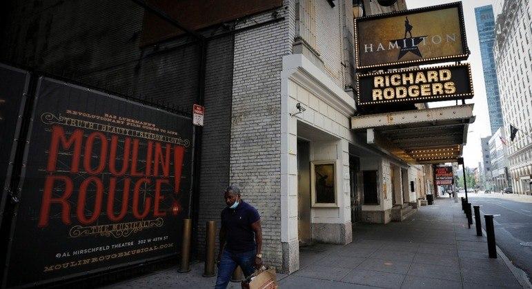 """Um homem transita em frente ao Teatro Richard Rodgers, que está fechado, e é palco do popular musical """"Hamilton"""", na Broadway"""