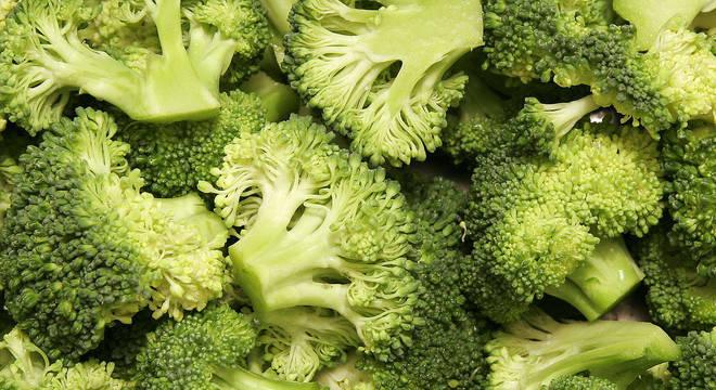 Rico em fibras, brócolis é um dos alimentos que previnem inflamação no intestino