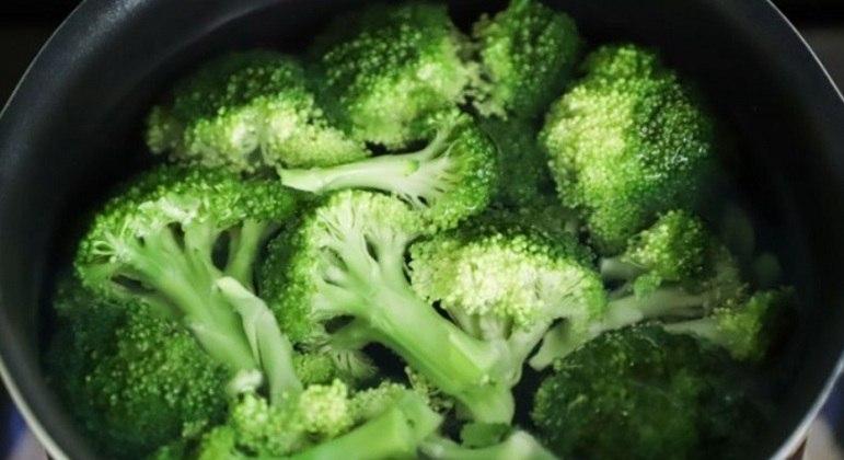 Brócolis e espinafre são alguns dos vegetais verdes que você pode incluir na sua dieta alimentar para se sentir mais rejuvenescido. São repletos de são ricos em vitamina C e carotenoides, muito positivos para a pele.
