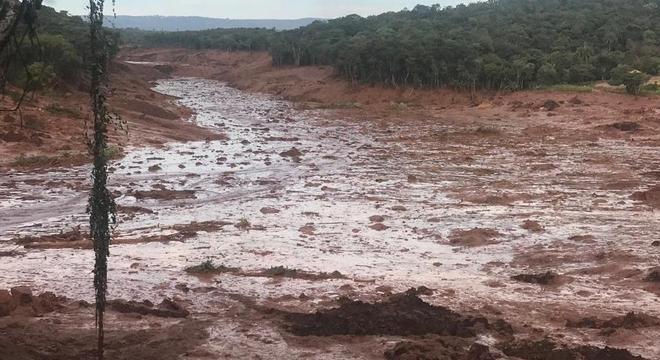 Lama que se espalhou por Brumadinho (MG) após rompimento de barragem