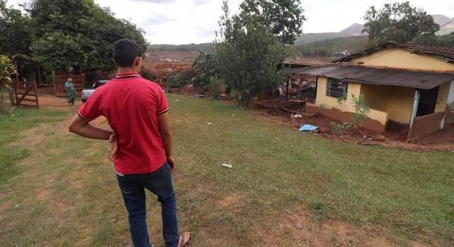 Marido de Adriene observa o que restou da casa em Brumadinho (MG)