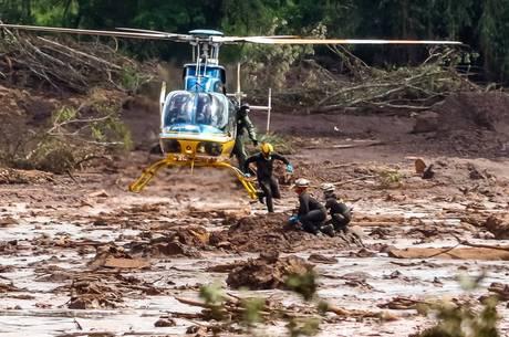 Equipes trabalham em resgate de corpos em Brumadinho