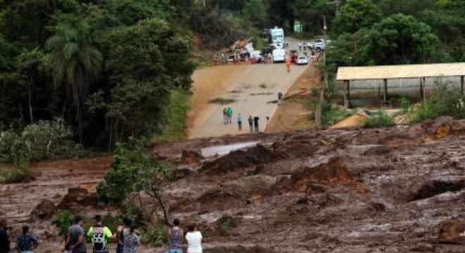 Uma avalanche de lama havia vazado após o rompimento da barragem