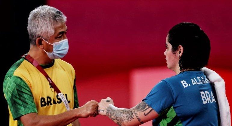 Bruna e seu treinador, no dia 30 a decisão do ouro