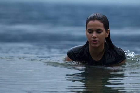 Bruna Marquezine em cena aquática do filme